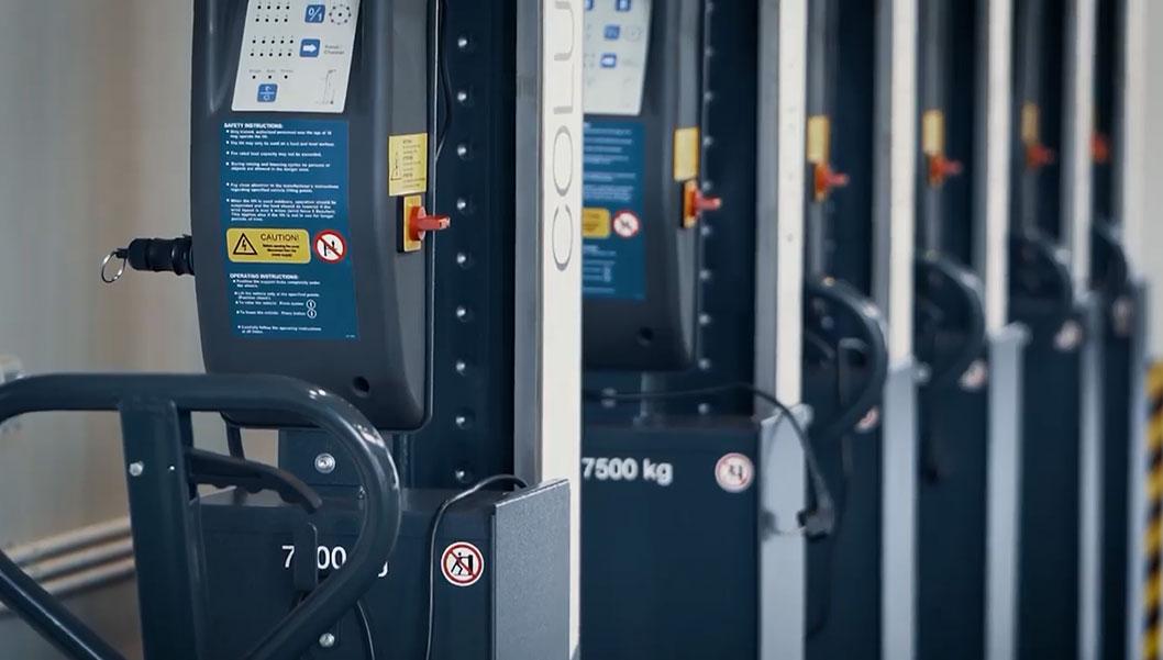 Новый сервисный центр впечатляем своими размерами и возможностями: 2,5 га общей территории Комплекса 3020 кв.м площадь здания Автоцентра На сервисной станции установлены три 25-метровых отверстия и пять 6-тонных пиджаков Диагностическая линия с самым современным немецким оборудованием MAXA Высокопроизводительная автоматическая немецкая мойка CHRIST Magnum Площадь для шиномонтажа Продажа оригинальных запасных частей и аксессуаров MAN